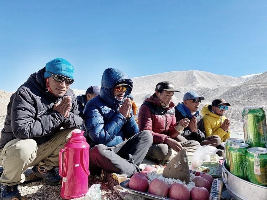 La ceremonia de Puja en el campo base avanzado de Shisha Pangma, rezando al Dios de la montaña por un paso seguro.