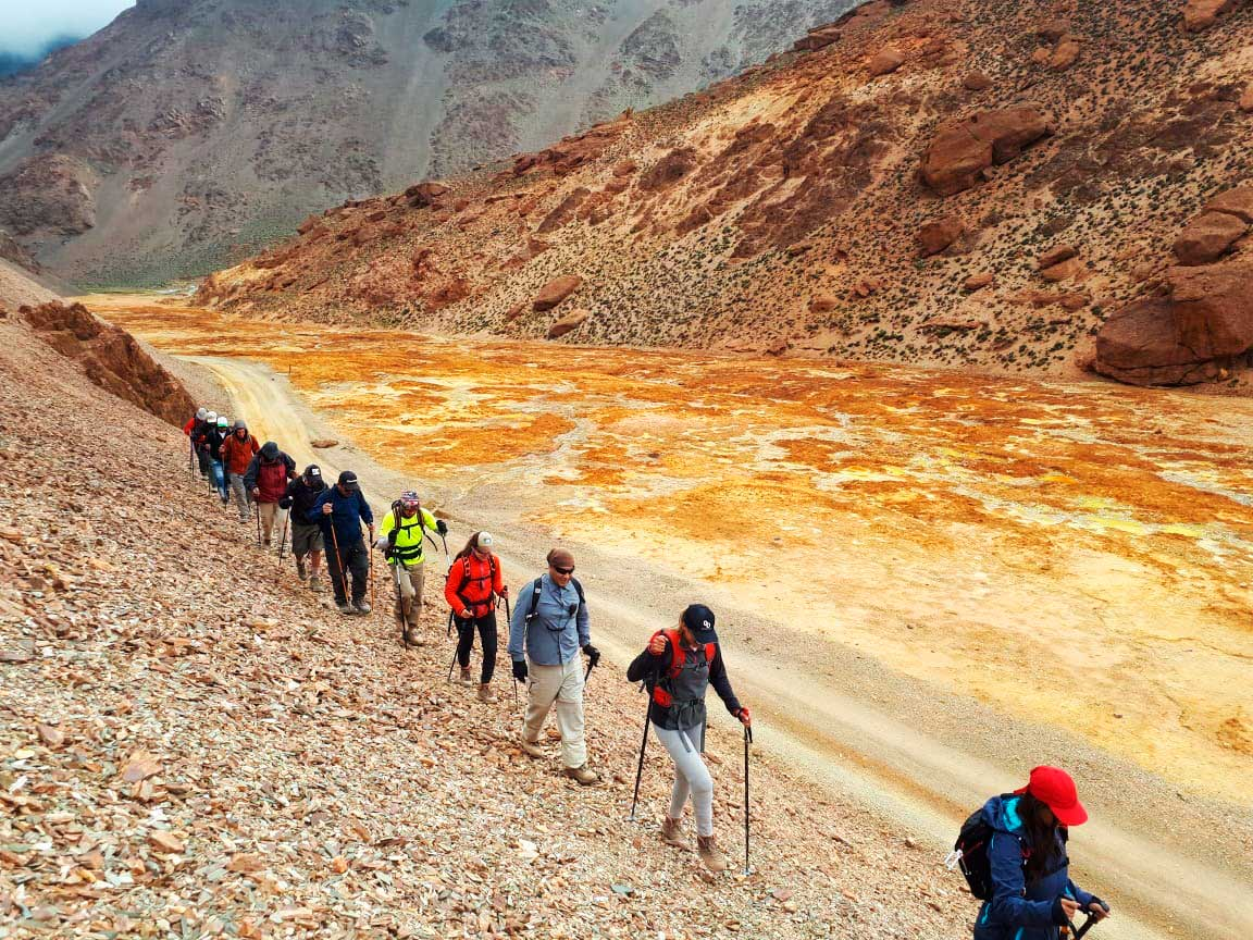 Trekking de aproximación en las montañas de Sierras del Famatina.