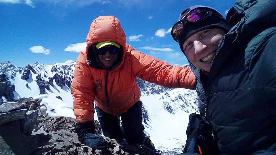 Satisfechos y felices, Ezequiel Dassie y Glauco Muratti pisan por primera vez la cumbre del cerro De los Diablos. (Ph Ezequiel Dassie)