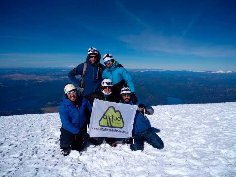 El momento tan buscado por los expedicionarios: la cima del Lanín.