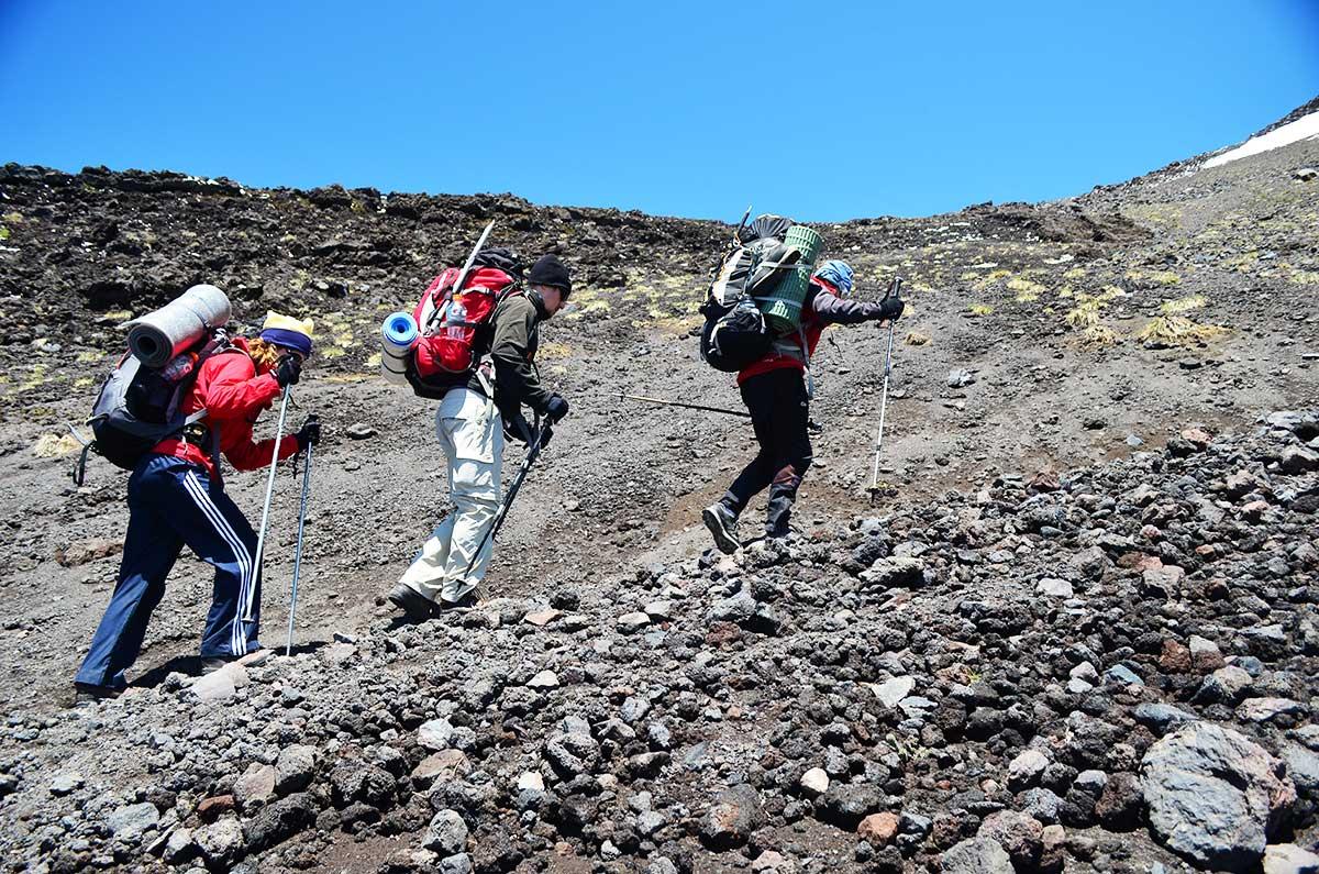 Camino a la cumbre del volcán Lanín.