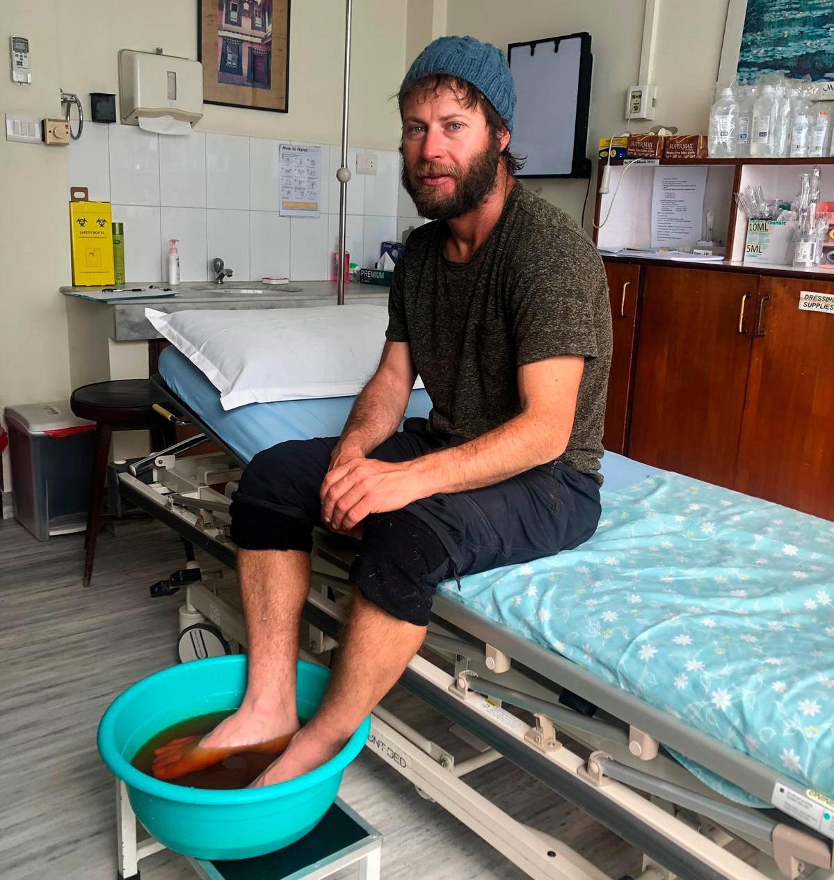 Moeses Fiamoncini se recupera del principio de congelamiento en un hospital de Katmandu.
