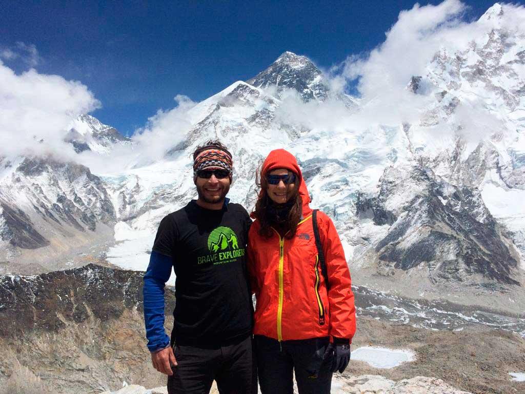 Moeses Fiamoncini y su hermana con Everest de fondo desde el Kalah Pattar.