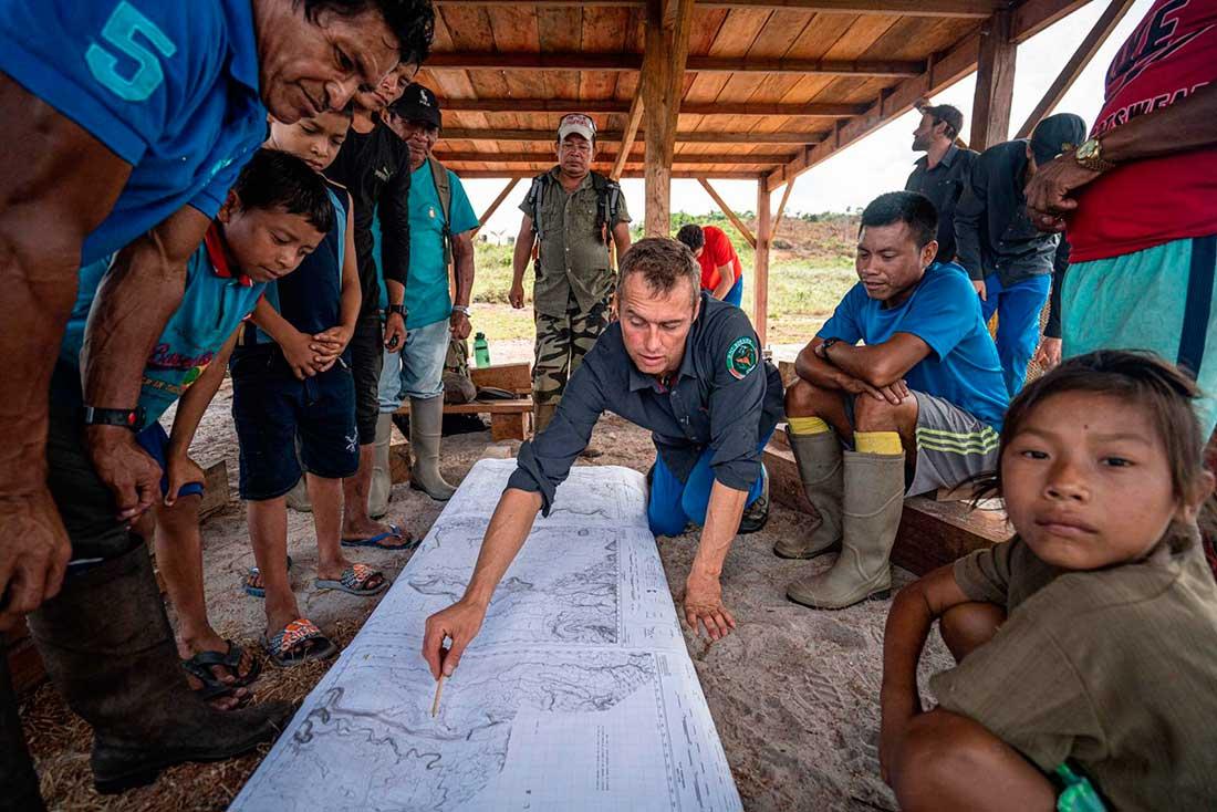 Momento de planificación en el corazón de la selva amazónica de Guyana. (Ph: Berghaus)