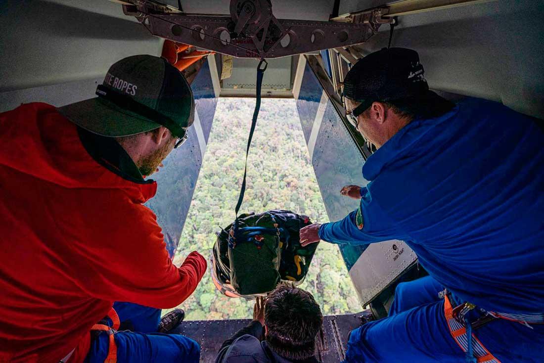 El equipaje vuela en paracaídas rumbo a la jungla circundante de Roraima.