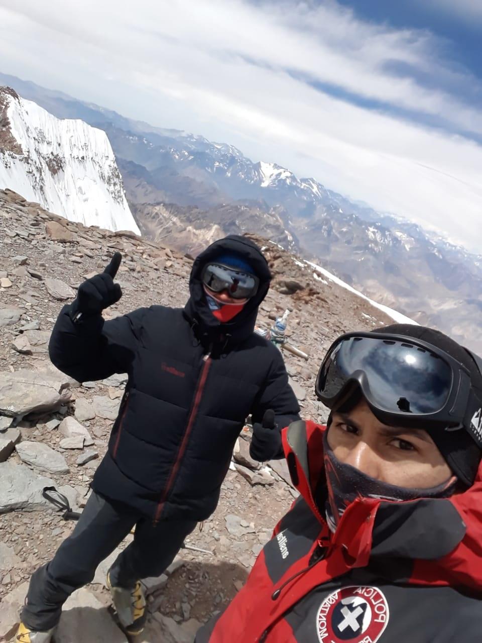 El Oficial Ayudante Alberto Pereyra y el Auxiliar Fabricio Corro coronaron la cima, la primera de la temporada de Aconcagua.