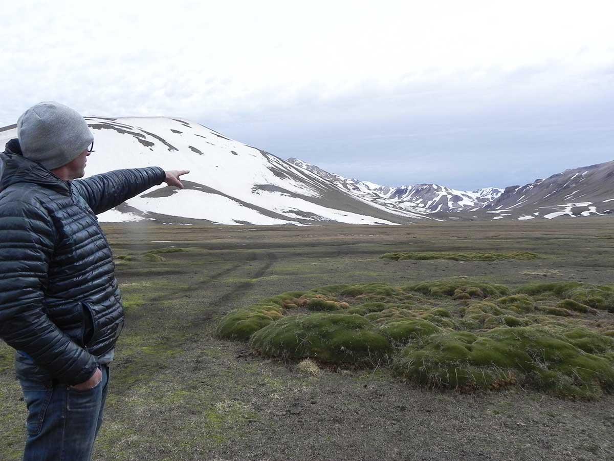 José Béccar Varela, uno de los socios de El Azufre, señala el lugar exacto donde se instalará la base de la estación de ski.