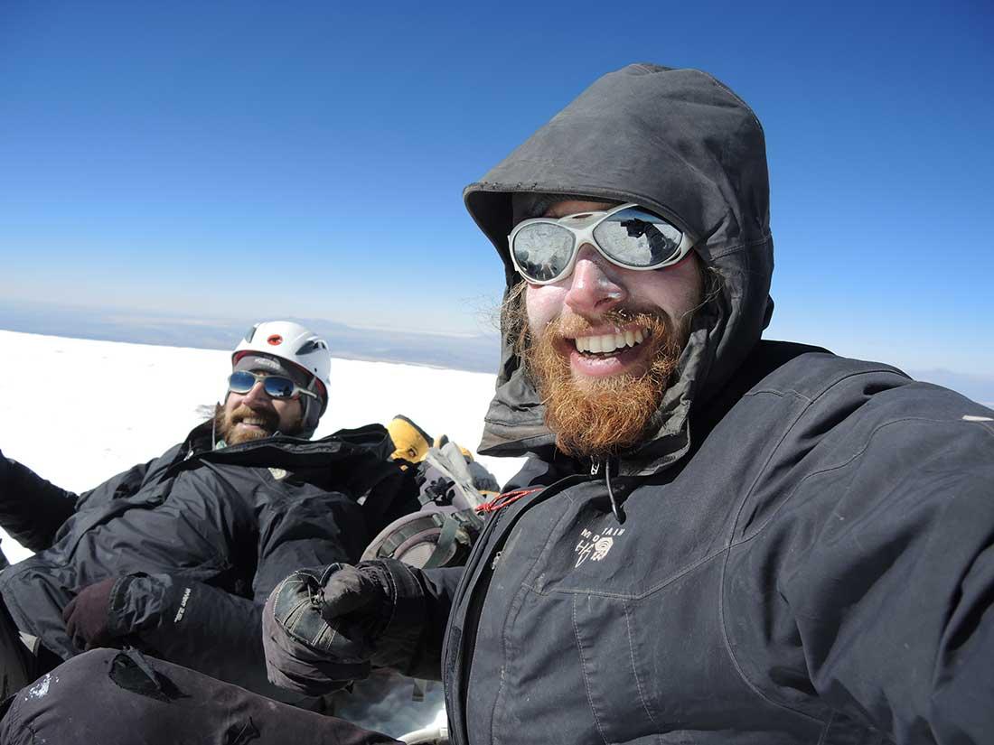 Ulises Kusnezov junto a Matías Marín en la cumbre del volcán Sajama.