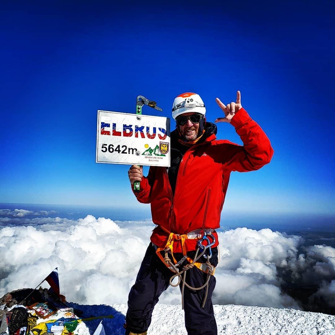 Gregory Slogar en la cumbre del Elbrus, el monte más alto de Europa. El canadiense es un experto montañista. (Ph Instagram)