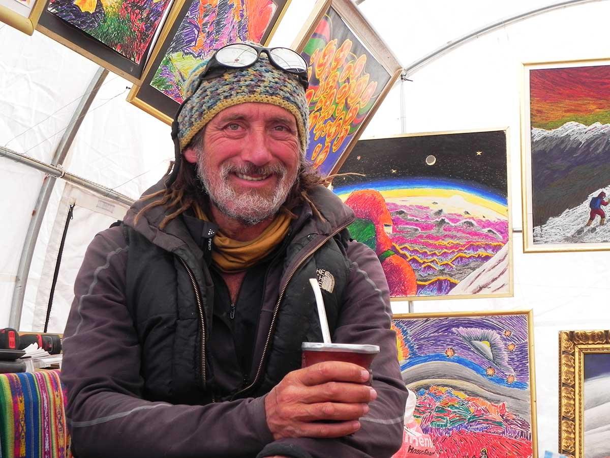 Miguel Doura en su hábitat de temporada: su galería de arte en Plaza de Mulas.