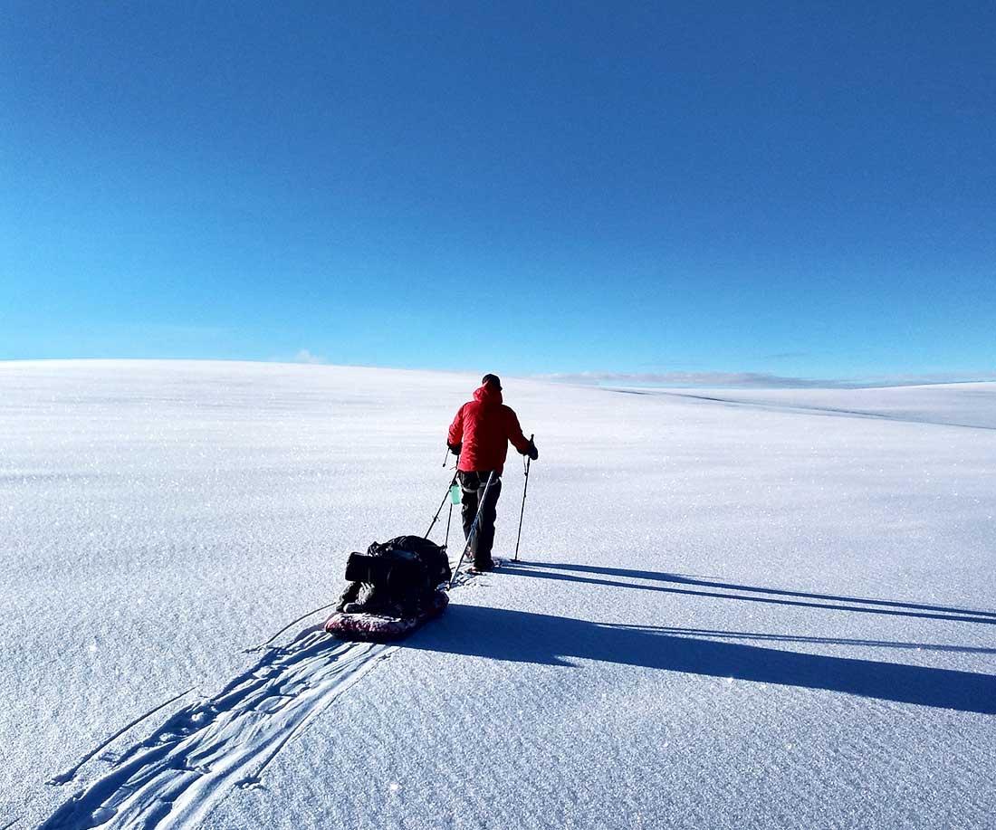 Tránsito con raquetas y trineos durante la expedición invernal al glaciar Quelccaya.