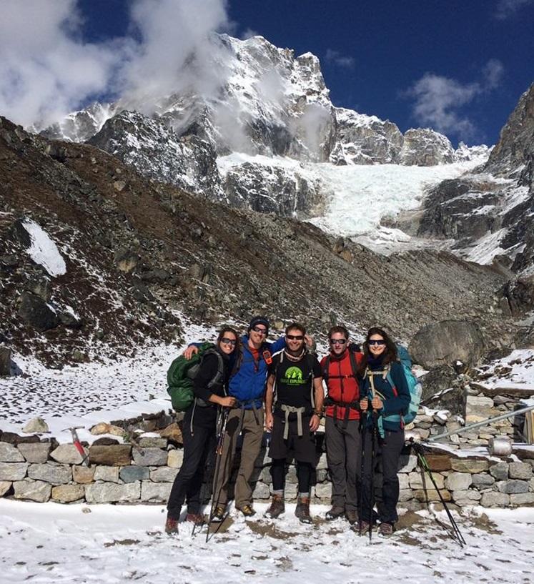 Moeses Fiamoncini liderando un trekking al campo base de Everest.