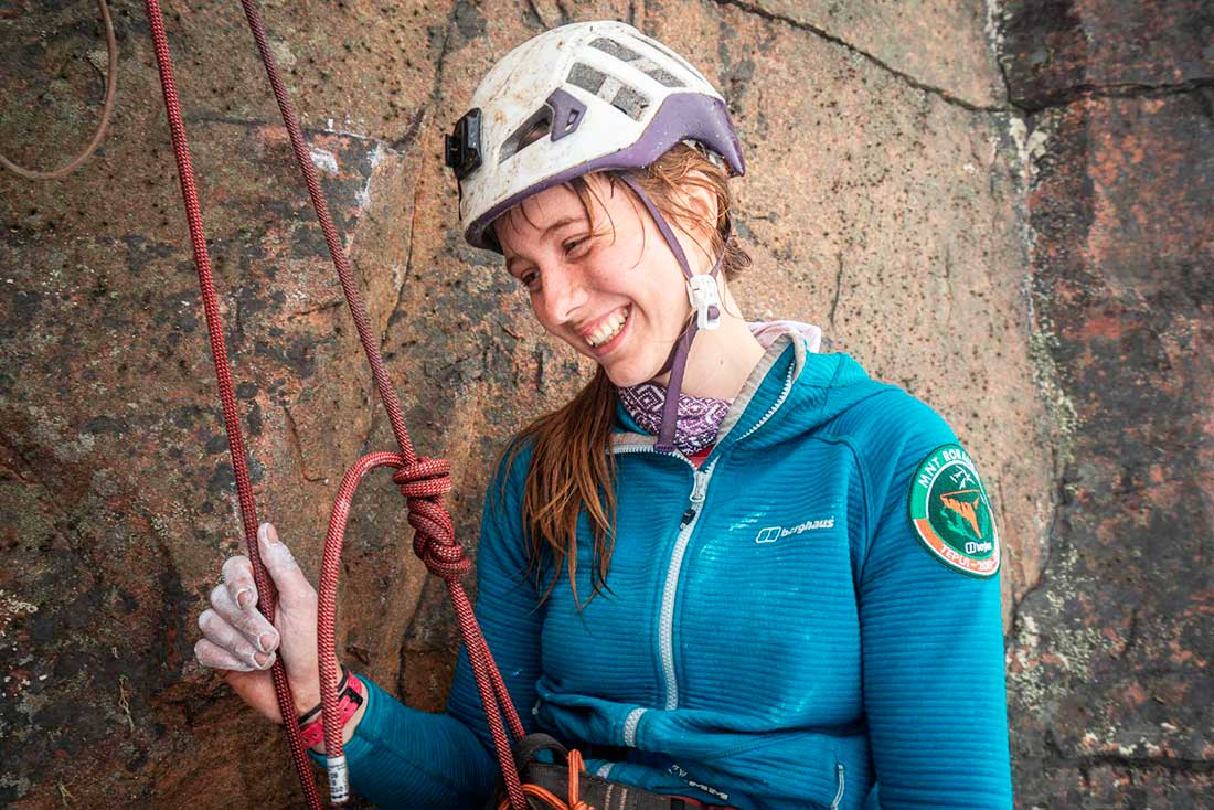 Anna Taylor, en su primera experiencia en una gran muralla sufrió una caída sin consecuencias. Pero no perdió la sonrisa. (Ph: Berghaus)