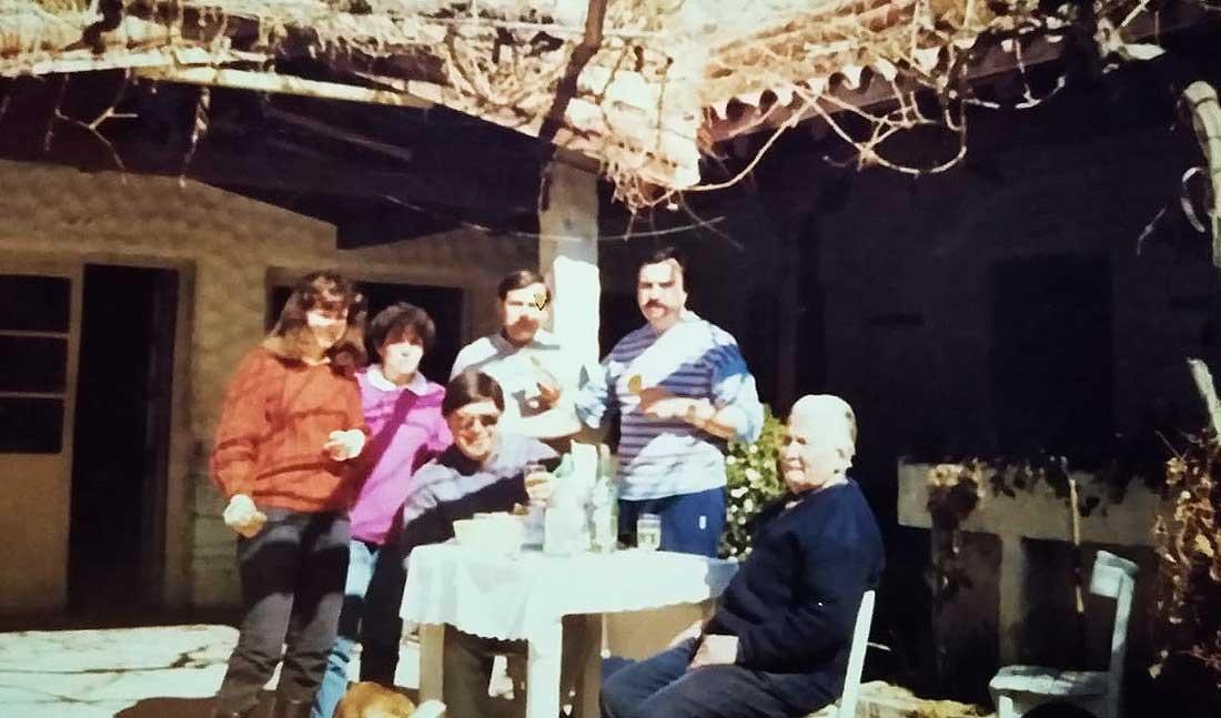 La familia Dómine en la década del '70 en el patio de la hostería Don Alberto, en Potrerillos.