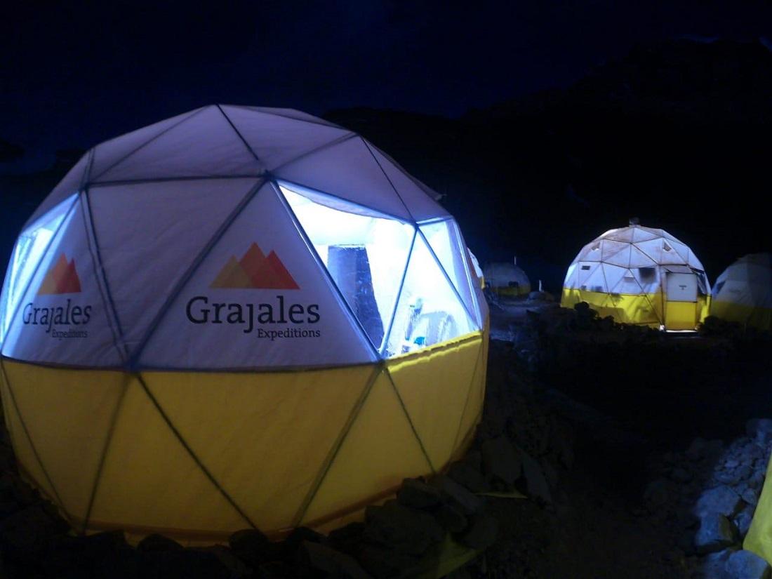La empresa Grajales y sus característicos domos blancos y amarillos, en el campo Confluencia.