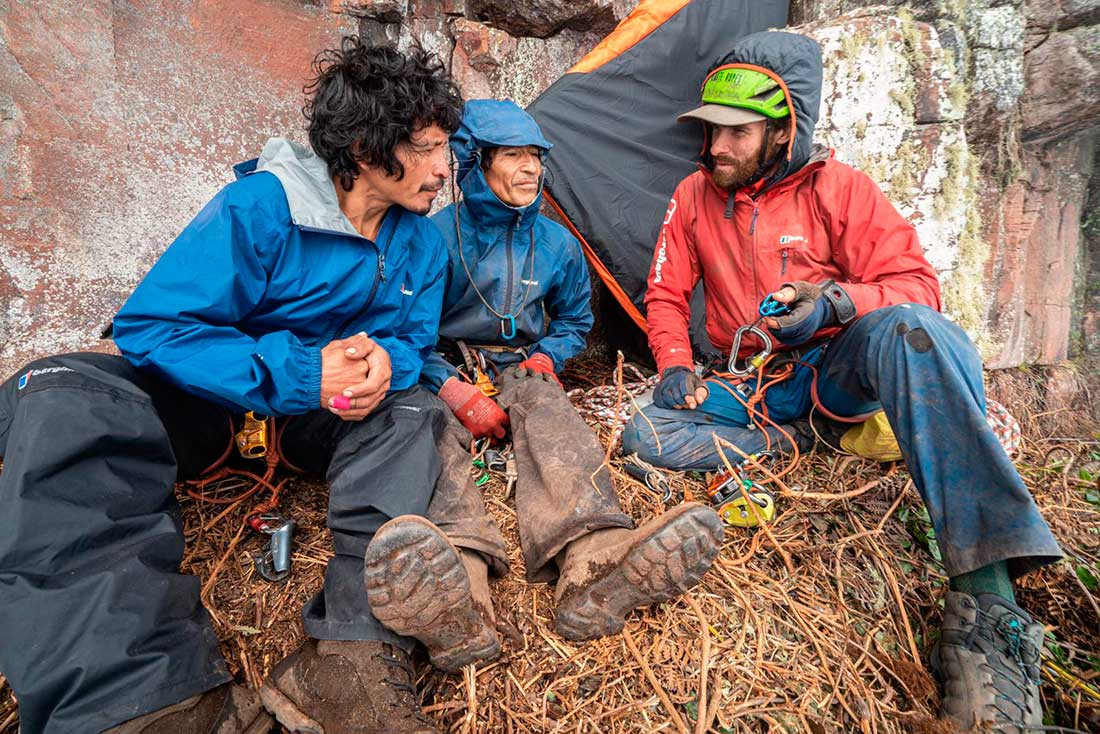 Escuela de escalada, hablando del kit y las técnicas. Troy a la izquierda, Edward en el medio, Waldo a la derecha. (Ph: Berghaus)