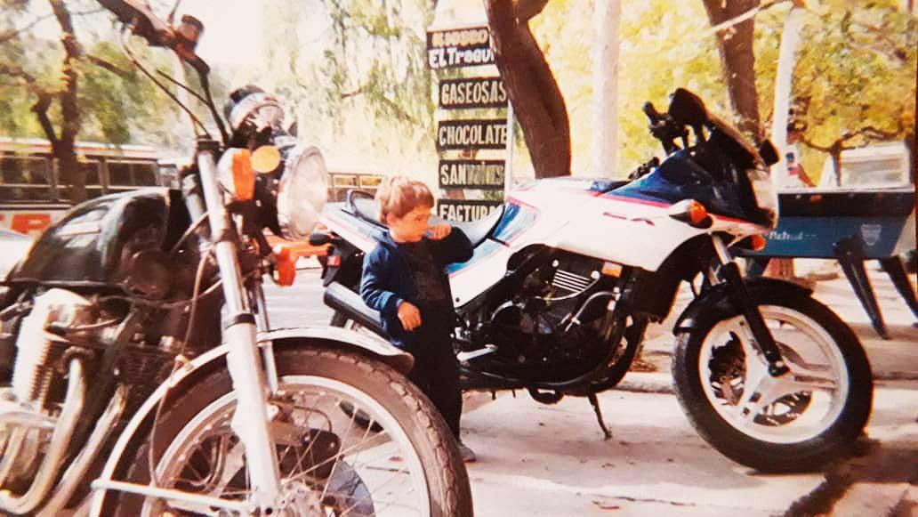Viajeros en motos y colectivos de la antigua TAC eran frecuentes en Don Alberto.