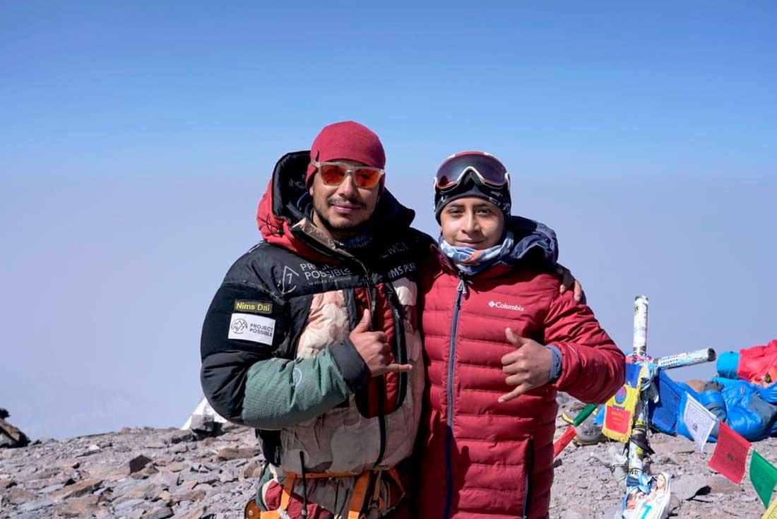 Jerimot y Nirmal Purja en la cumbre de Aconcagua.