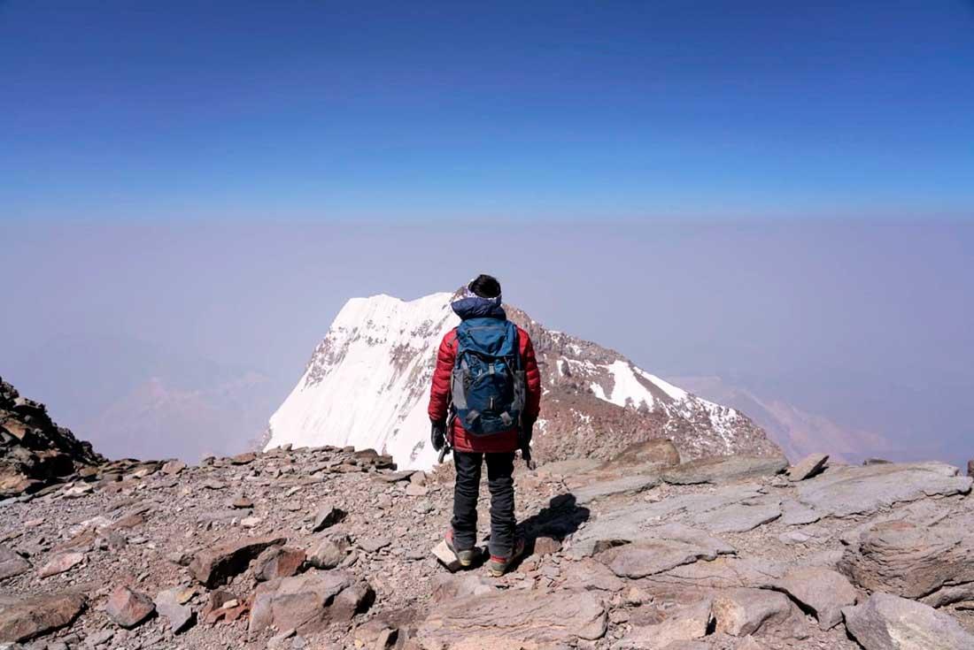 Jerimot reflexiona, solitario, en la cumbre de Aconcagua.