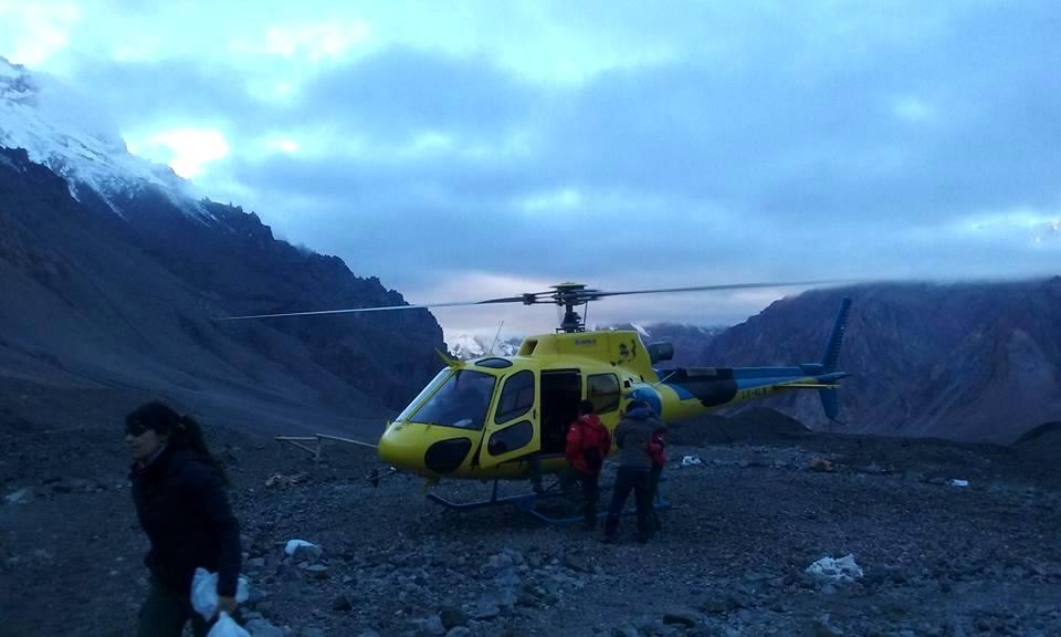 Una imagen cotidiana, el helicóptero de Aconcagua cumpliendo su misión en alguno de los campamentos. (Ph María Verónica Rainone)