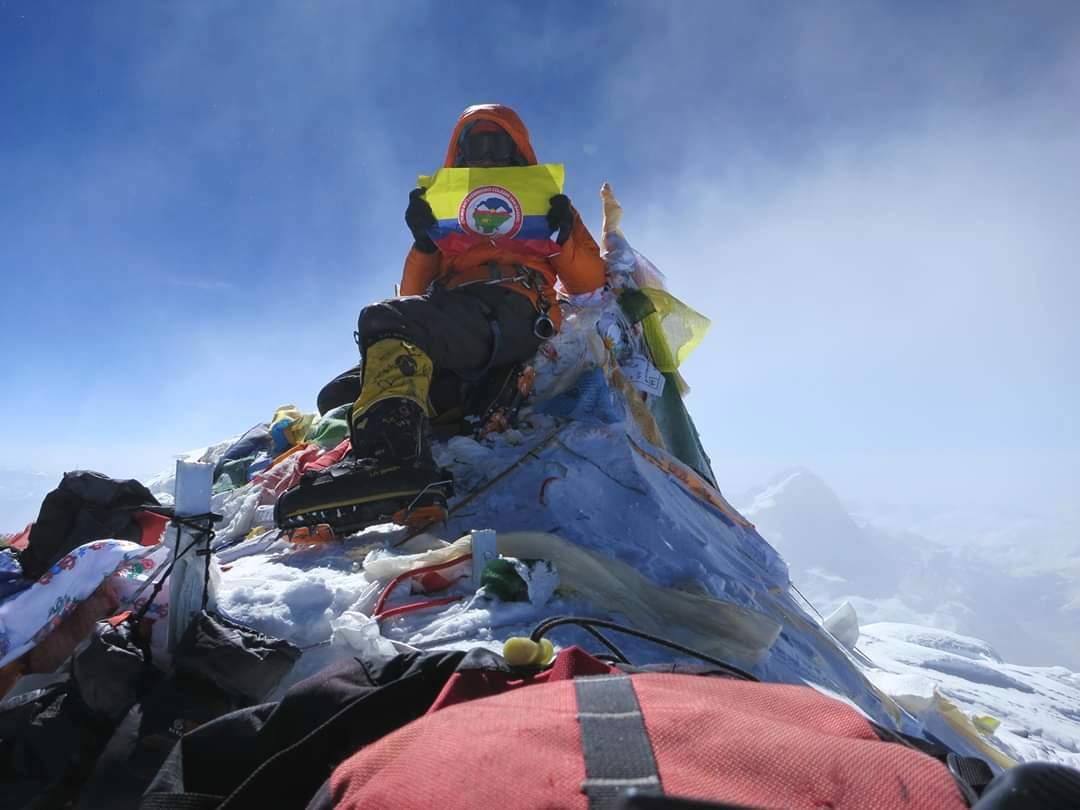 Ossie en la cumbre, con la bandera de su país, Una costumbre.