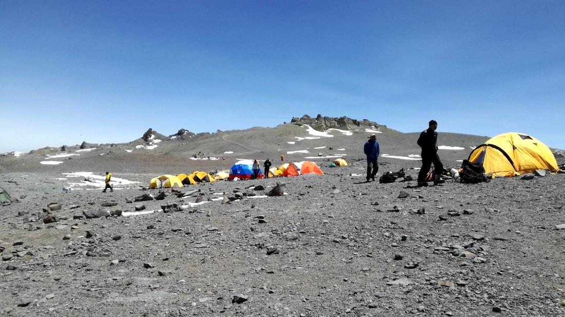 La expedición descansa en Nido de Cóndores en espera del día de cumbre.