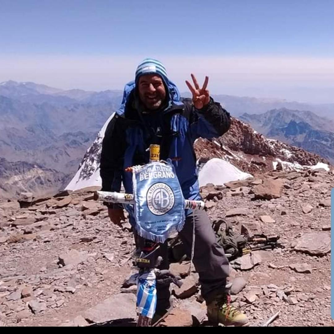 Cumbre de Marcos Toscano, su tercera Seven Summit. Infaltable el banderín de su amado Belgrano de Córdoba.