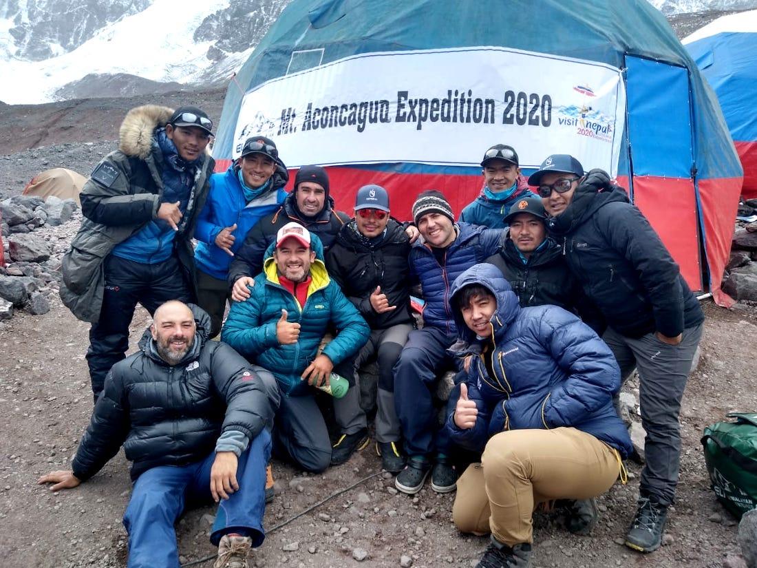 """El encuentro de los miembros de la expedición de Alta Gracia con el nepalí Nirmal """"Nims"""" Purja y su equipo, en Plaza de Mulas."""