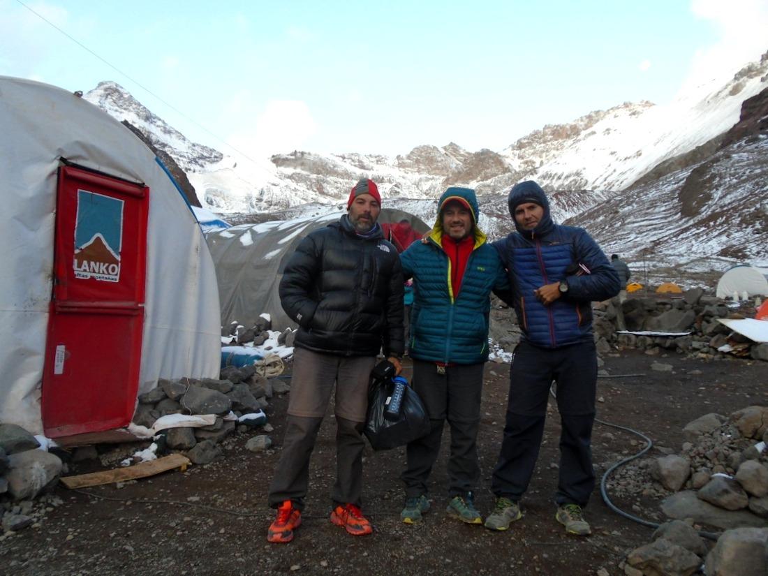 """Adrián Camerano, Marcos Toscano y Aníbal Almada, los 3 miembros de la expedición """"low cost"""" de Alta Gracia, Córdoba."""