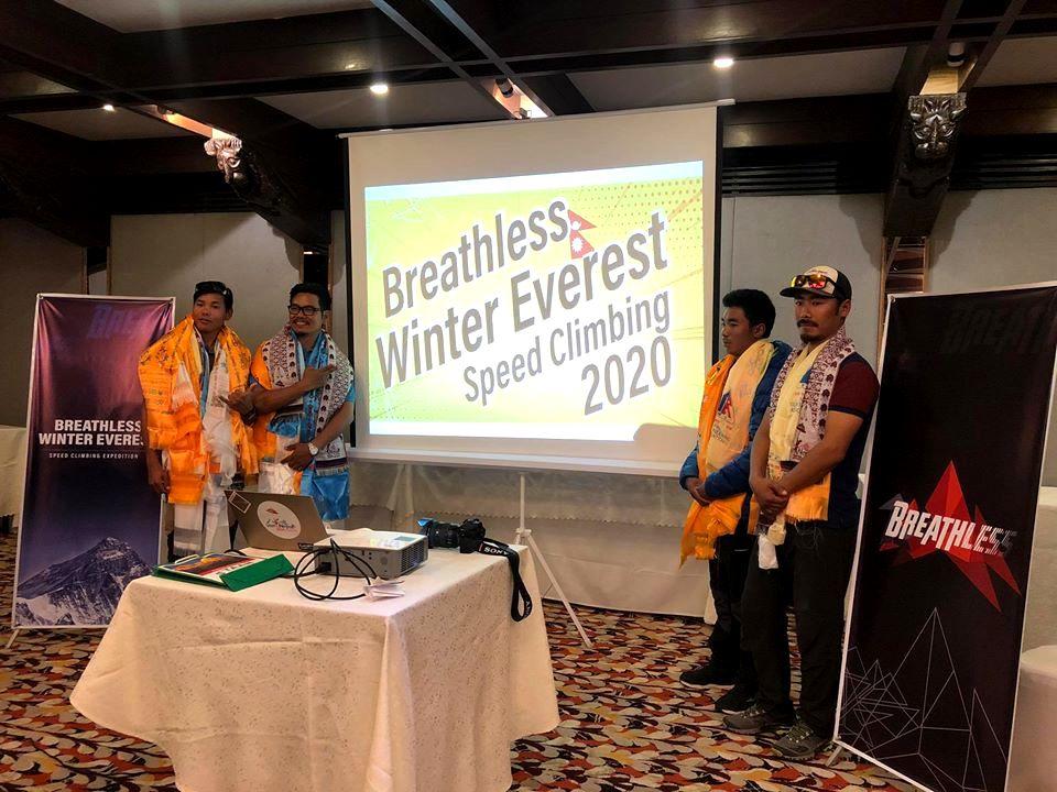 Los cuatro integrantes del equipo Breathless Winter Everest, en la conferencia de prensa en Kathmandu.