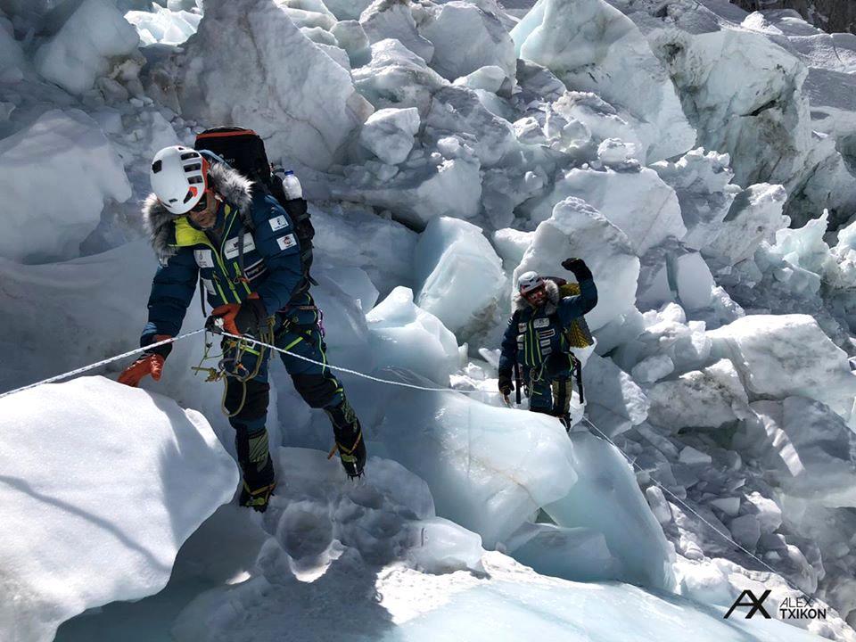 Denodada tarea de equipamiento de Alex Txikon y su equipo para el desafío Everest invernal.