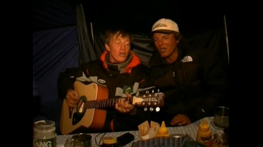 Denis Urubko hace algunos años cantando en italiano con Simone Moro, en algún campo base.