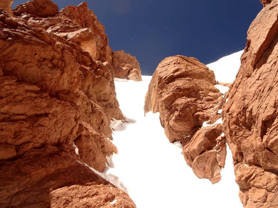 La mayor parte del trayecto se transita por terreno mixto de roca y hielo.