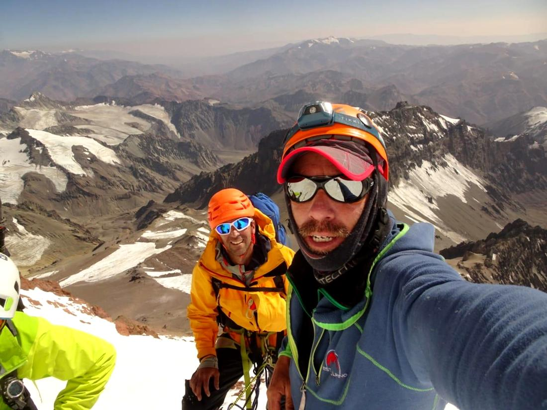 Un alto para descanso y selfie durante el ascenso a Aconcagua por la Directa de Polacos.