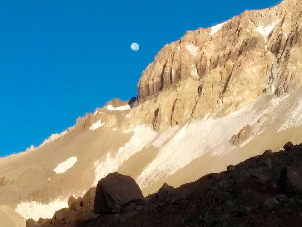 Bellísima luna asomando tras Aconcagua, en foto tomado por Sergo durante el desafío.