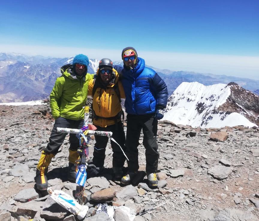 Bernabé Abramor en la cumbre de Aconcagua junto a Gustavo Caselli y Agustín Aramayo.