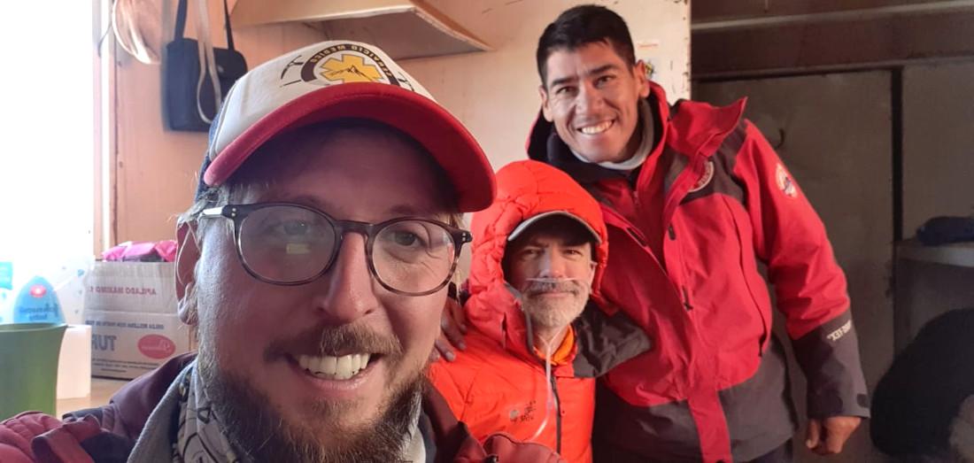 En Nido de Cóndores después de un rescate desde Cólera, Dr. Bernabé Abramor junto al jefe de turno de la Patrulla, Marcos Paz.