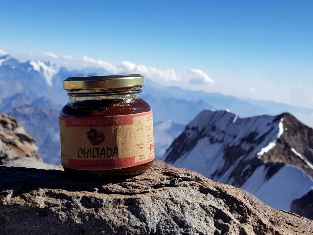 """El dulce de tomate """"Chiltada"""", producción artesanal de los padres de Serafín, en la cima de América."""