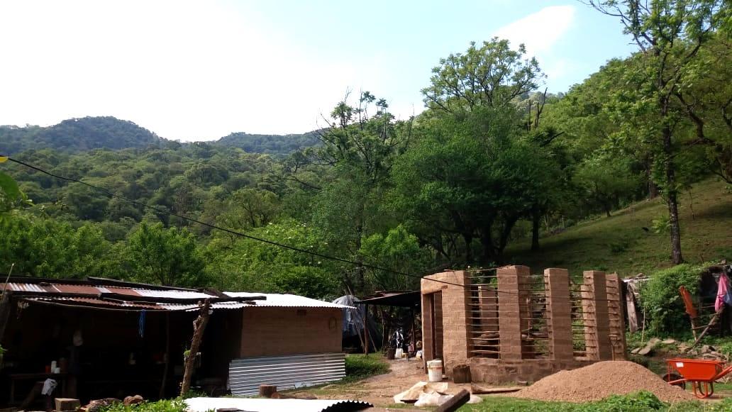 Cada vez que Serafín regresaba, hacía adobes junto a su padre para edificar la casa familiar.