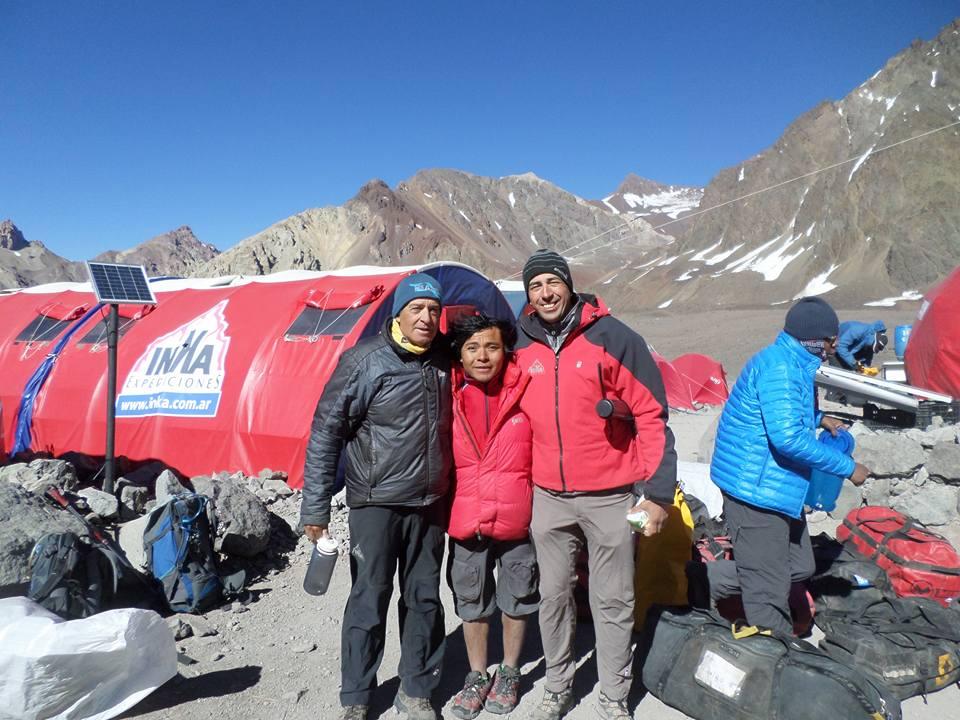 En el campamento de Inka junto a dos grandes del montañismo: Lito Sánchez y Heber Orona.