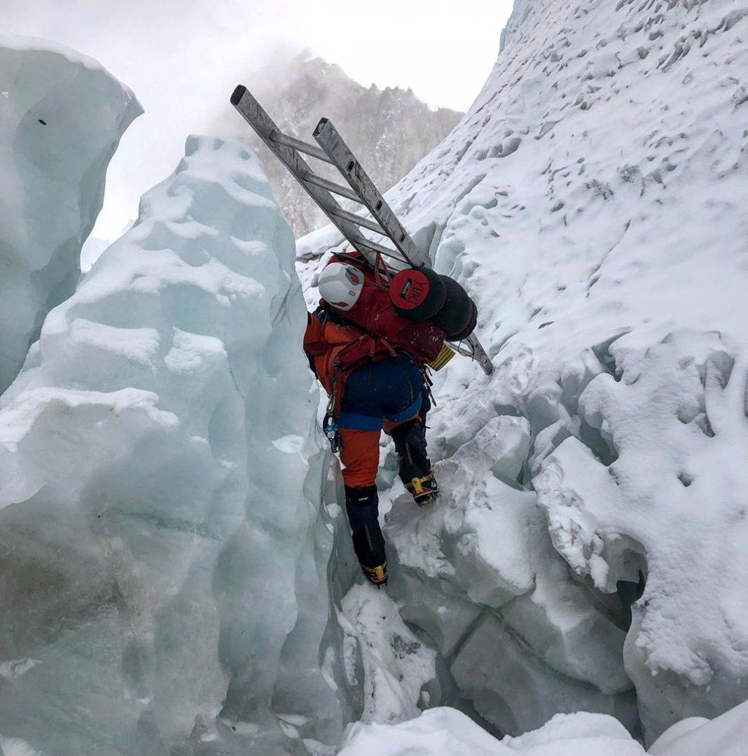 Un miembro del equipo de Tashi Lakpa Sherpa trabajando en la cascada Khumbu. El invierno no la hizo fácil en Everest,
