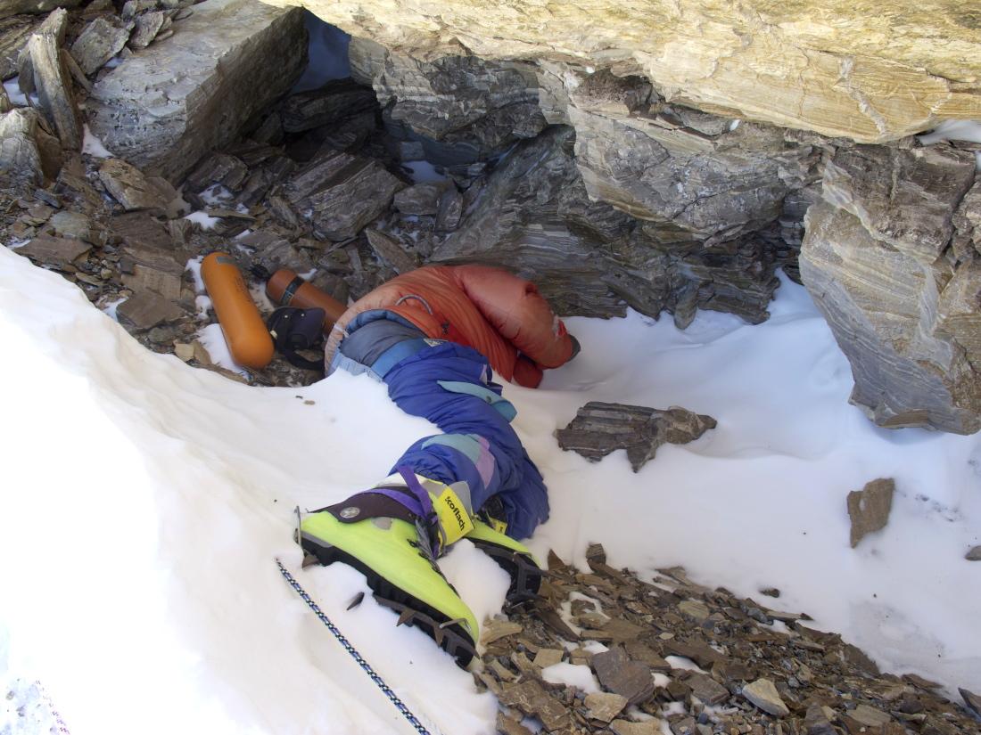 """""""Green Boots"""" (Botas Verdes), el cuerpo de Tsewang Paljor, un indio que murió de frío en Everest el 11 de mayo de 1996."""
