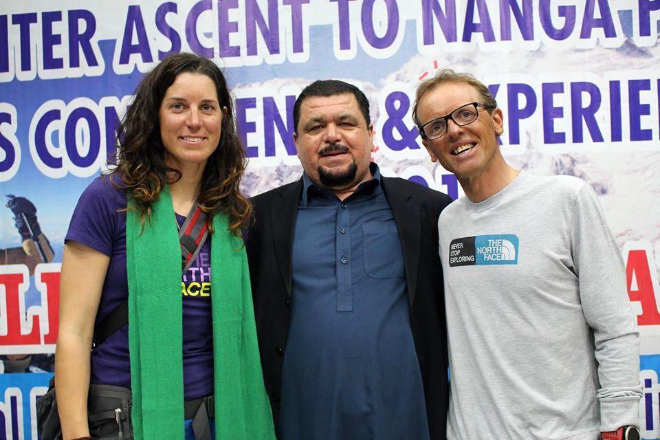Amir Kahn, de la Agencia Hunza Guides Pakistan, junto a los reconocidos Tamara Lunge y Simone Moro, este invierno de regreso de Nanga Parbat.