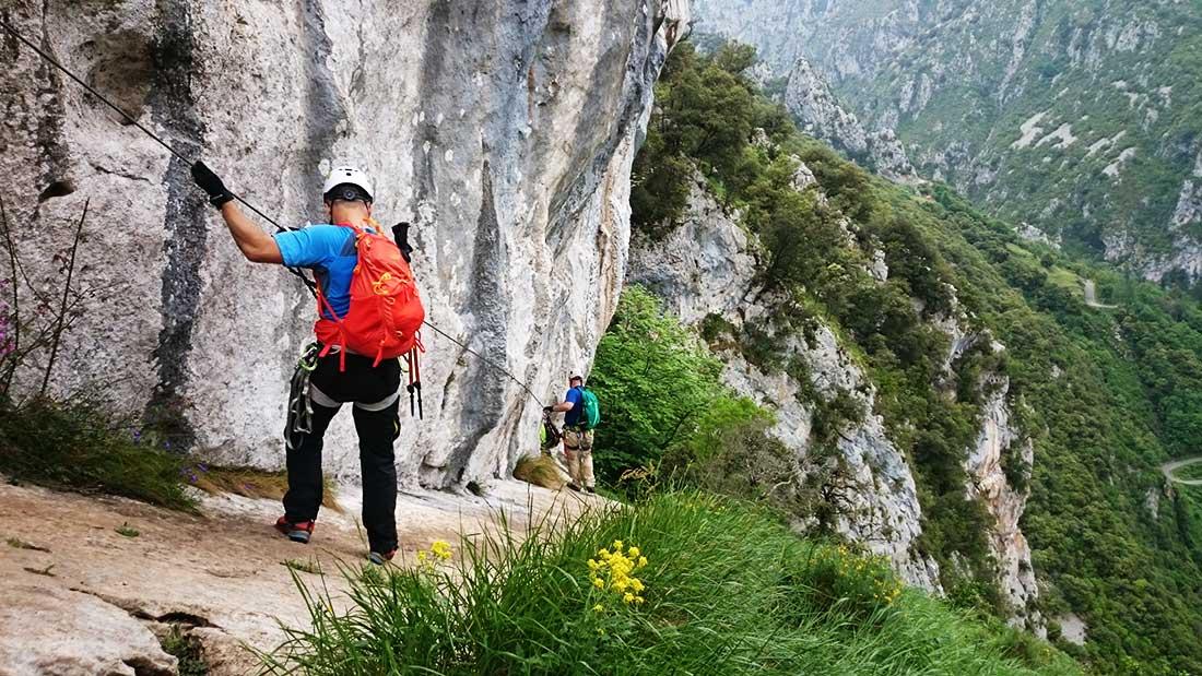 Travesía descendente en la vía ferrata del desfiladero de La Hermida. Una de las atracciones en Picos de Europa.