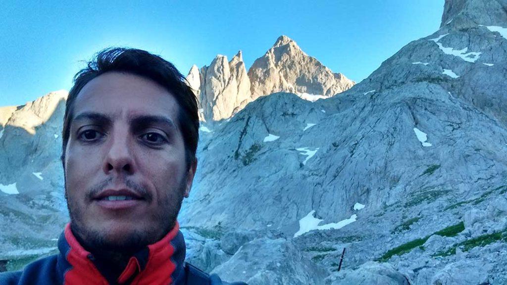 Gonzalo Dell'Agnola, autor del artículo. De fondo Torre Cerredo, la montaña más alta de todo Picos de Europa, Macizo Central.