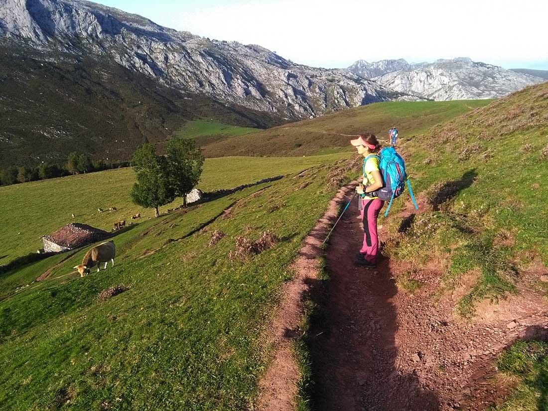 Bella imagen en Picos de Europa. Llegando al collado Pandébano, las casas de los pastores cerca del refugio La Trenosa.