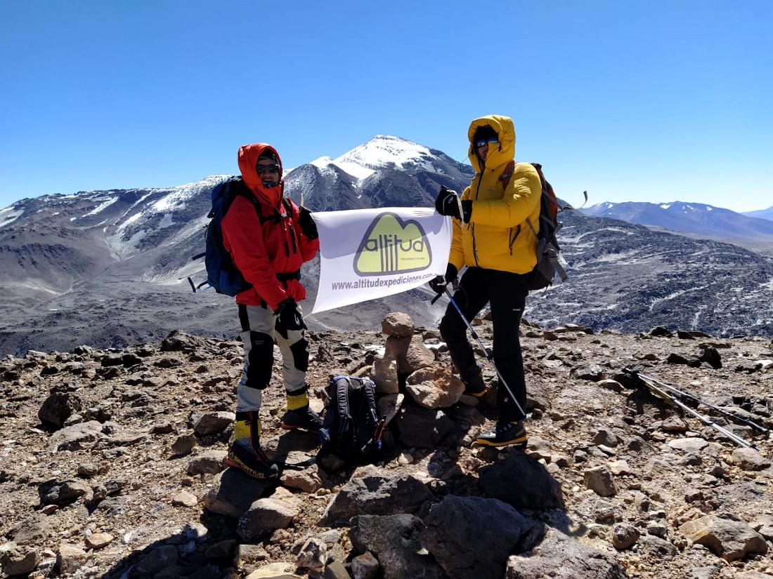 Cumbre en el volcán Medusa (6.100 m). De fondo, impresionante, Ojos del Salado.