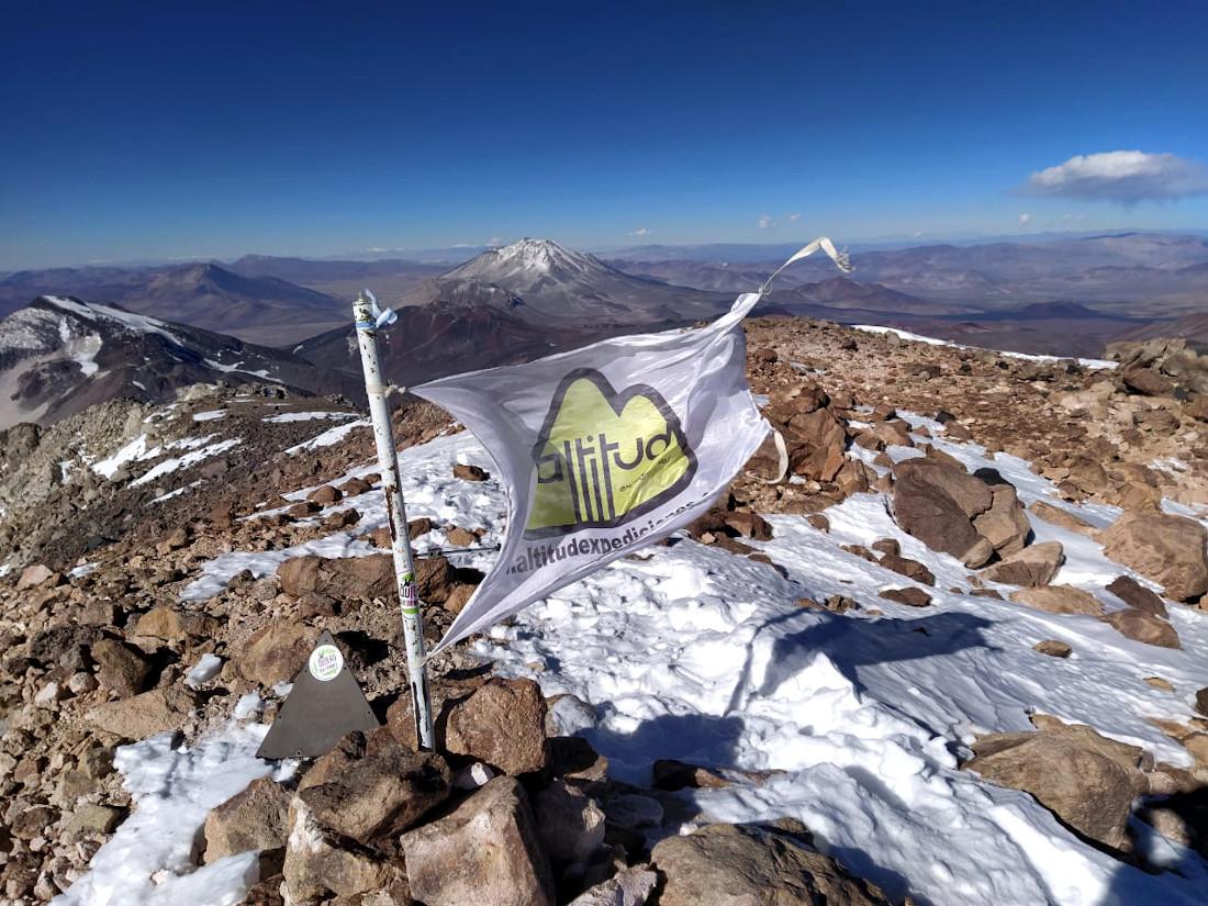 Objetivo logrado. El equipo de Altitud Expediciones en la cima del volcán más alto del planeta: Ojos del Salado.