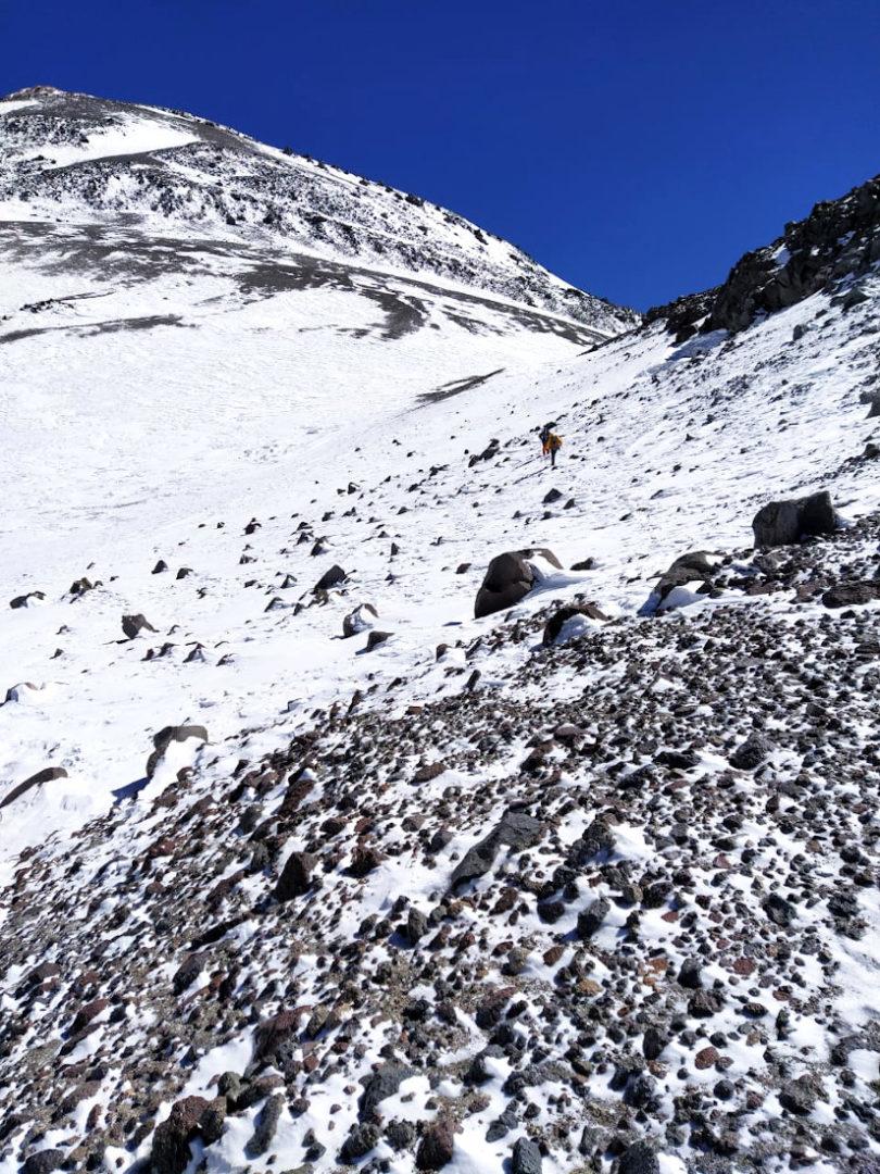 Descenso de la cima del inmenso volcán.