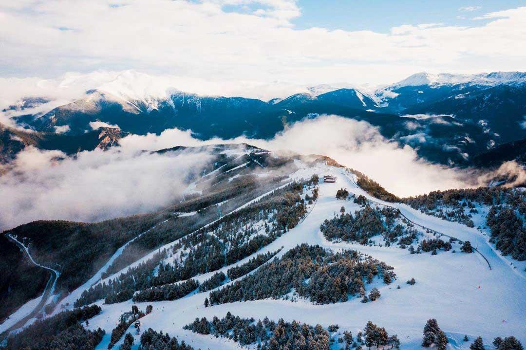 Andorra es un pequeño país en el Sur de Europa, meca del ski en los Pirineos.